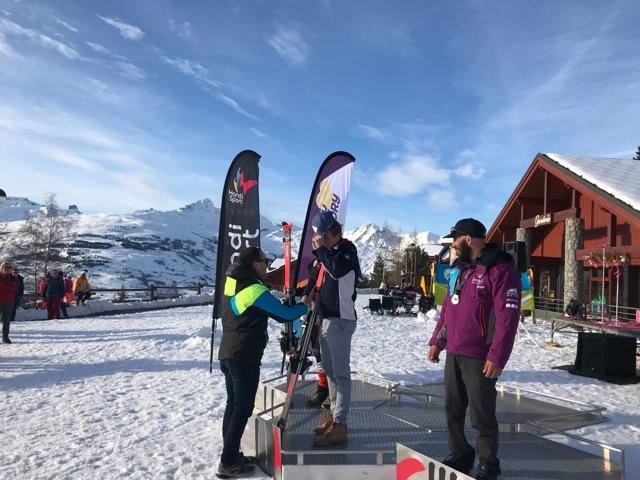 Vincent (POMA) remet les médailles du Championnat de France Handisport de ski à Peisey Vallandry