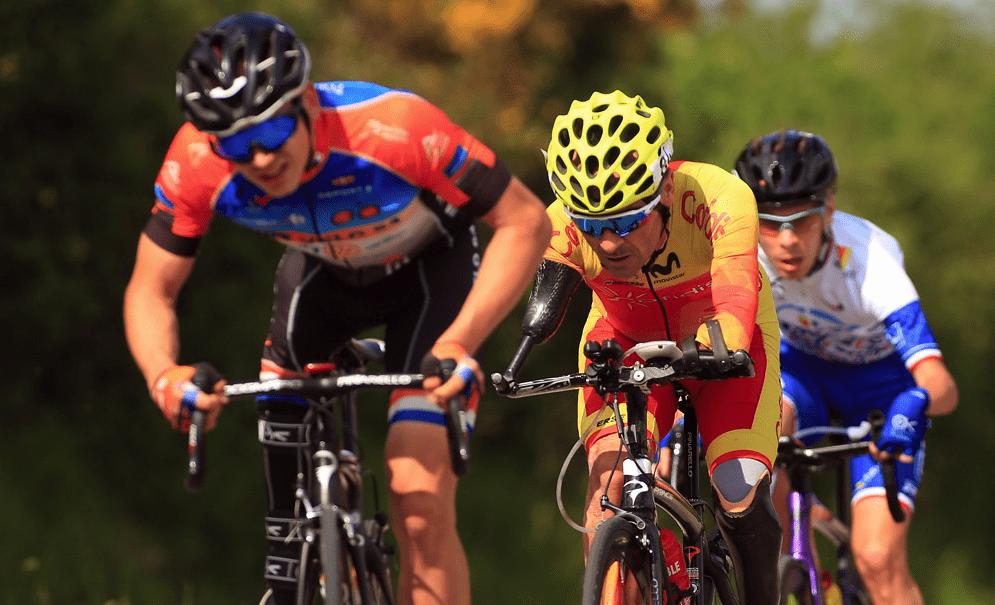 3 cyclistes handisport en course